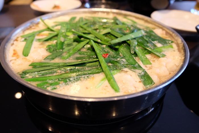 福岡のもつ鍋店のなかでも絶大な人気を誇る「やま中」。一人前1470円とリーズナブルな価格で美味しいもつ鍋をいただけます。もつ鍋は、みそ味・しょうゆ味・しゃぶしゃぶ風の3種類があり、一番人気は「みそ味」です。プリップリのもつにコクのあるみそ味のスープが最高です。