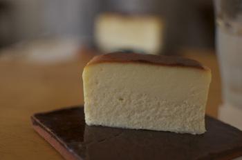 濃厚でしっとりとした食感のチーズケーキが大人気。他にも、ホワイトチョコチーズケーキやチョコレートケーキもあります。(ネットでの販売もあり)abekiの美味しいケーキとコーヒーでホッと一息つきましょう。