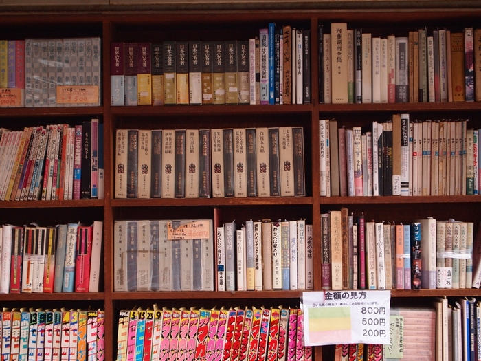 整然と並べられた古本は、価格設定がわかりやすいのも良いですね。