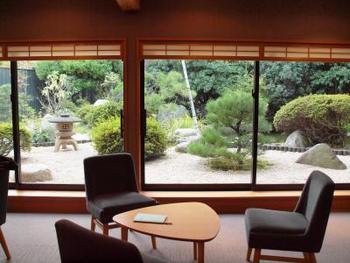 女子に人気の「星野リゾート」、一度は泊まってみたいですよね。美しい日本庭園が広がるロビーは落ち着いた和の空間。玉造温泉にあるので、もちろん露天風呂、大浴場も充実しています。