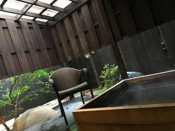 全客室には檜や信楽焼で作られたプライベートの露天風呂が付いています。好きな時に好きなだけ、「神の湯」と言われる玉造温泉の名湯を堪能できます。