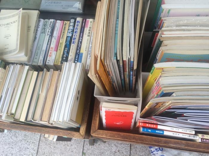 入口付近には、ジャズやタンゴ、シャンソンやケルト音楽など世界中の本が並びます。店の奥は、クラシック関連の本で埋められ、バッハやモーツァルトなど大作曲家の音楽理論・伝記・エッセーから、音楽史などが揃います。音楽之友社の『音楽美の探求』、全音楽譜出版社の『音楽史』のような入手が難しい書籍の扱いもあります。
