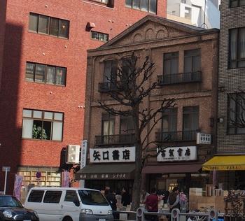 前での「矢口書店」の隣にあるのが、クラシックを主流とした老舗の音楽専門店「古賀書店」です。