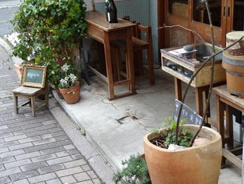 店先に置かれている古道具も可愛らしく、雑貨屋さんのような佇まいがお洒落な祐天寺にマッチしていますね。