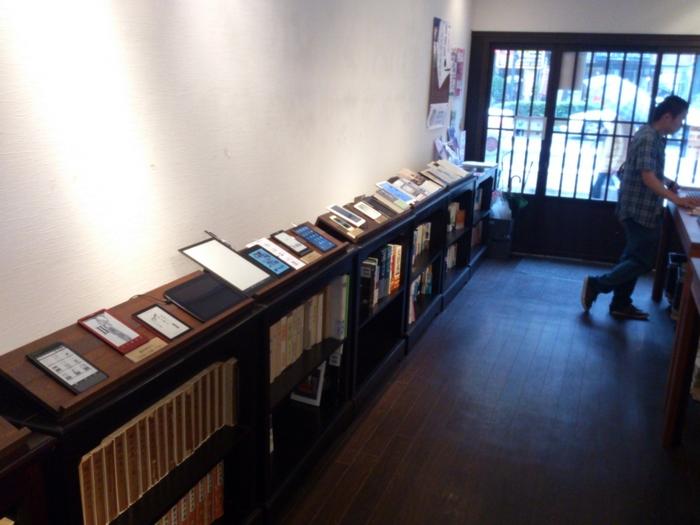 こちらは、前の店舗の内観です。 以前は靖国通りにあった「本と街の案内所」が、2017年7月3日すずらん通り「小学館ギャラリー BH神保町」の中にオープンしました。