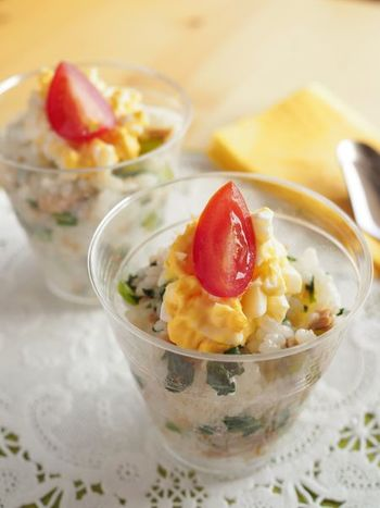 外出先のドリンク用でも活躍する透明カップは、中身をみせる盛り付けにピッタリ。小松菜の緑を混ぜた寿司ご飯と卵、プチトマトの色合いがきれいです。
