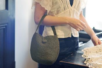 お好きなカラーの糸で、今日の気分で持ち歩けそうなバッグをいろいろ作れたら楽しそうですね!