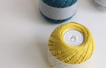 Patterns Note(KN04)は、上品でマットな質感が特徴の「ダルマレース糸#20」を使った小物作品を作ることができます。こだわりの綿で作られたこちらの糸で作った作品はとても肌触りの優しい仕上がりになりますよ。