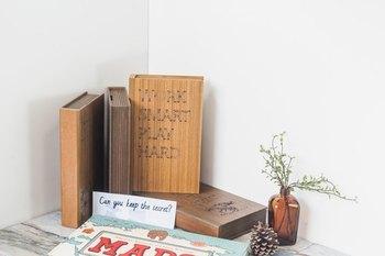 本のような木製の貯金箱。本棚や壁に立てて収納できます。ちょっぴりアンティークな雰囲気が大人っぽい印象。