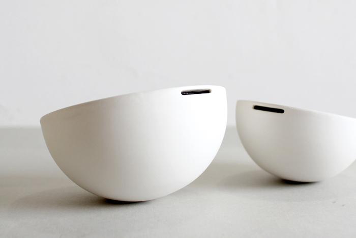 創業350年の有田焼の老舗窯元「今村家」とデザイナー大治将典さんによリ生まれた、磁器の新ブランド「JICON(磁今)」。ハーフマットな質感でやわらかな印象の生成りの白がお見事。