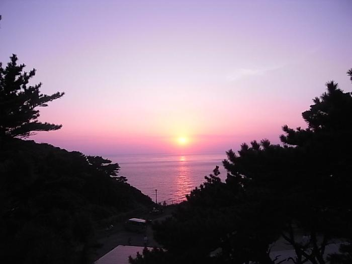 気候は黒潮の影響を受けるため暖かく、日中はかなり暑くなることもありますが、海上を風が渡るため夜は都心のような暑さはなく、過ごしやすくなります。夕暮れから、涼しい風を受けながら沈みゆく夕日鑑賞も情緒があり素敵。
