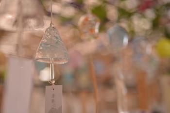 夏は風鈴。  見た目にも涼しげな氷細工のような風鈴は、心地よい風を連れてきてくれそうです。