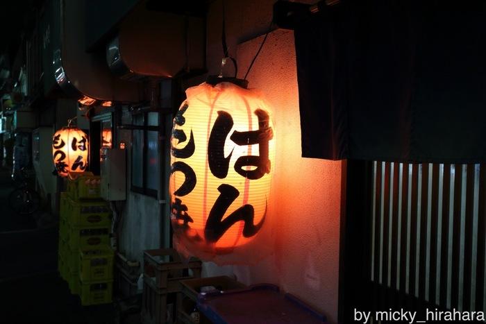 祐天寺の名物スポットとも言うべき、もつやき「ばん」 美味しい酒の肴を求めて常連客で賑わい、お店の前にはいつも行列が出来ています。