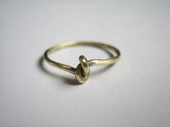 こちらは結び目を縦に使ったリング。ひとつひとつ本当に結んで作られているそう。アンティークのような神秘的な雰囲気は、まさに願い事が叶ってしまいそうな予感…。