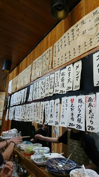 店内の壁には、所狭しとお品書きが並べられています。