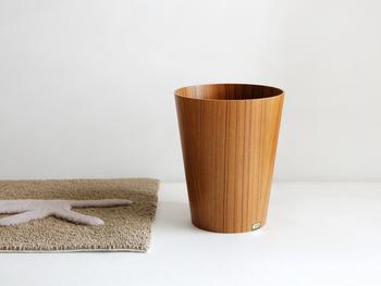 木の質感を感じる木目のゴミ箱もシンプルで素敵でおすすめ。和にも洋にもマッチするのが嬉しいポイントです。