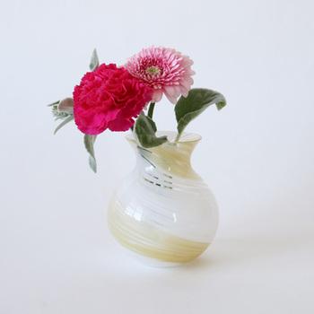 水彩画のような螺旋模様のうつくしいブーケポット。 小さなブーケを飾るのにちょうど良いサイズです。  紫陽花、ダリア、ハーブ…。どんな花とも似合いそうです。