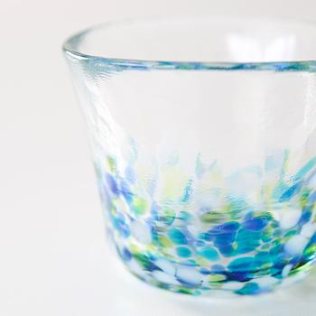 青い空と瑞々しい緑からの煌めく木漏れ日を表現した、夏の盃。 冷たい麦茶を淹れて、夏の青空を見上げながら飲みたくなるグラスです。  美しい風景を感じる「津軽びいどろ」の魅力。あなたも覗いてみませんか?
