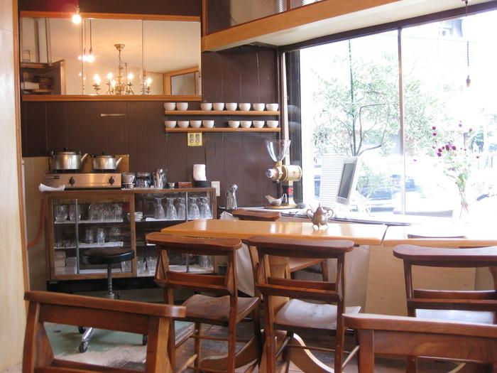 薬院・高宮通りの一角にある「abeki(アベキ)」。随所にこだわりを感じられるカフェは薬院の人気店です。木の家具で温かみが感じられる落ち着いた空間で、ゆっくりとした時間が流れるくつろげるカフェです。