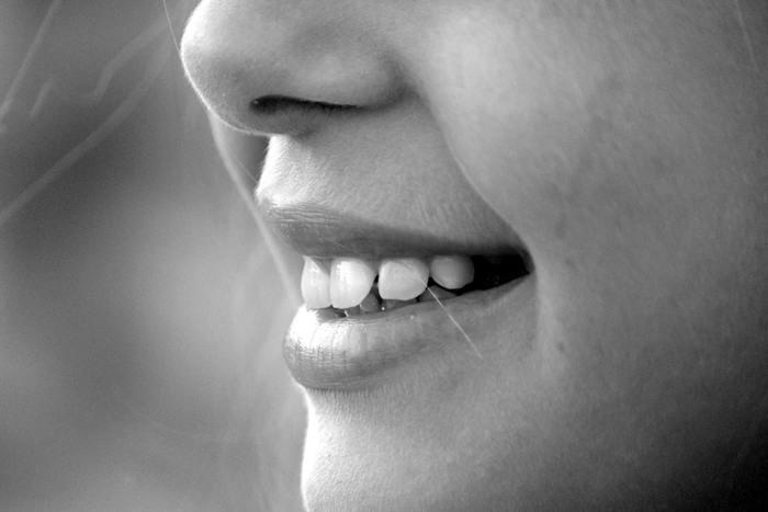また忘れがちなのが、舌の位置です。 舌は本来、上の前歯の少し後ろの窪みのあるスポットにあり、ぺったりとくっついています。しかし、口呼吸気味だったり姿勢が悪い人は舌先が歯に当たっていることがあります。これは歯並びを悪くさせる大きな原因になります。 大人になっても変わる歯並び。大きな衝撃に意外に強い歯ですが、小さな力でも押され続けると動いてしまうのです。  そして、正しい舌の位置は、頭と首を正しい位置で安定させる役割があります。舌が歯についていると、どんなに姿勢を正してもすぐに緩んでしまいます。  舌が常に正しい位置にあることも、正しい姿勢作りに必要なのですね。