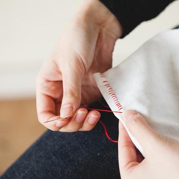 ひと針ひと針、想いを込めて手作りするというのはとても楽しい時間です。ちょっとくらい針目が曲がってしまっても大丈夫。丁寧に縫っていくことが大切です。