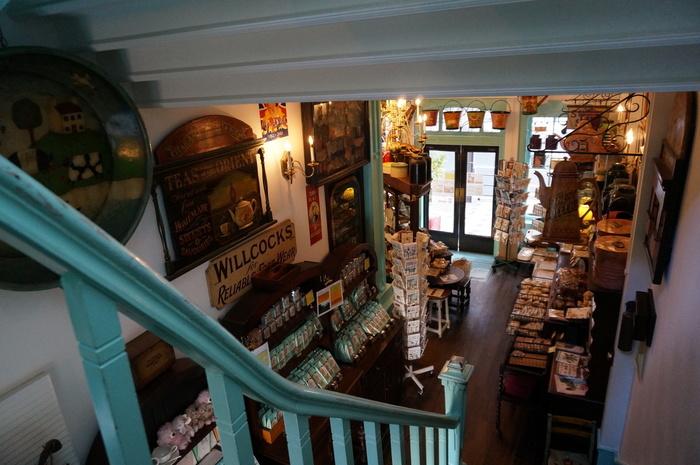 店内の内装もなかなか凝った造り。アンティークの雑貨が並んでいる様子も趣深いですね。1階はお土産物や雑貨を扱うお店、2階が喫茶店になっています。