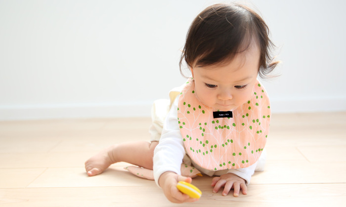 ころんとかわいいたまご型のスタイは生まれたばかりの赤ちゃんから歩けるようになった小さな子どもまで、幅広く使うことができるかたちのスタイです。