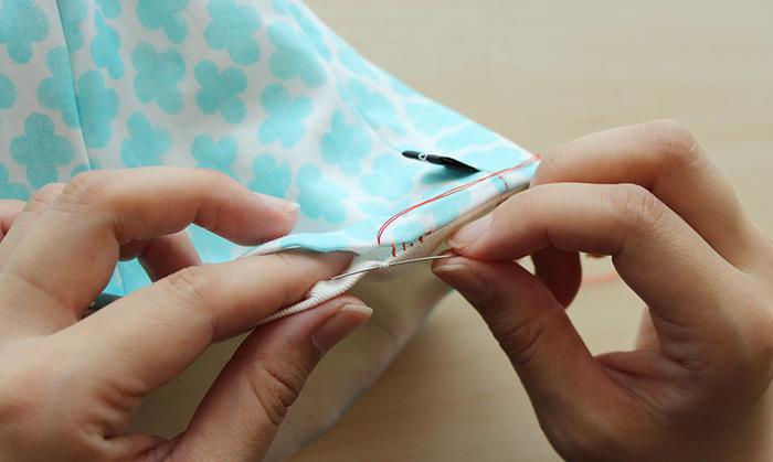 表布と裏布を重ね合わせて、とじていきます。一目ずつゆっくりと縫っていきましょう。きゅっと糸をひくと、きれいにとじていくのが楽しくて夢中になってしまいますよ。