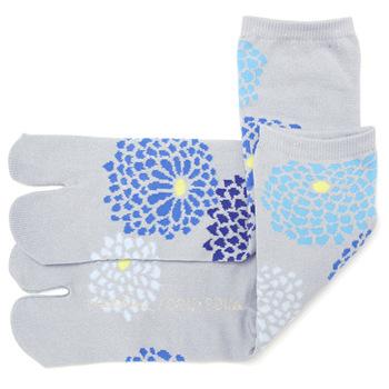 菊づくし 銀(しろがね)という柄です。 灰色をベースに青系の菊模様が涼しげで、夏にぴったりですね。