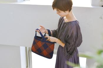カラーを変えるだけでガラリと印象が変わるチェックのバッグ。こちらのお写真のバッグは赤と紺色のシックな配色で秋にも活躍しそう。