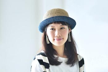 編み物は冬だけじゃないんです。夏の素材の糸で編むことでこんな夏の帽子を作ることができますよ。 こちらは「SASAWASHI」という糸で編むハットのキット。まるいクラシカルなシルエットが素敵ですね。