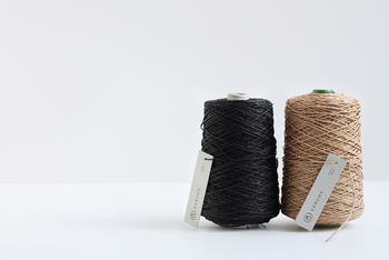「SASAWASHI」はくま笹を原料にした和紙の糸で、天然の抗菌、防臭、UVカットという特徴を持っています。まさに夏の帽子を編むのにぴったりの糸なんです。