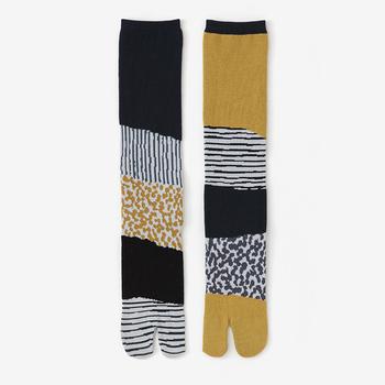 「東山三十六峰 黄金畑(こがねばたけ)」は、黒、灰色、マスタード色の組み合わせ。左右で違う柄になっていますが、色が落ち着いているので合わせやすいデザインです。
