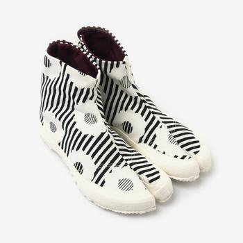 モノトーンの「白菊(しらぎく)」は、服を選ばないデザインです。初めて地下足袋を履く人にもおすすめです。