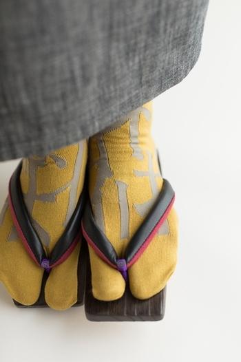 京都のテキスタイルブランド「SOU・SOU」では、カラフルな「足袋下(靴下のような足袋)」や、「地下足袋」を取り扱っています。和装だけでなく普段の洋服に取り入れやすいデザインと性能で、大人気となっています。