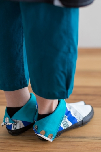 こんなふうに、折り返して裏地を見せて履くこともできます。個性的なデザインなので、コーディネートの主役になります。SOU・SOUの足袋下や地下足袋で、足元から和テイストを取り入れてみませんか?