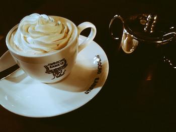 日本で初めてウィンナーコーヒーを出したことで知られる「ラドリオ」は、創業は1949(昭和24)年の老舗喫茶店。 クリームたっぷりのウィンナーコーヒーは、ドリンクとスイーツの中間のような存在。ウィンナーカフェオレ(ホット・アイス)や、ウィンナーロイヤルミルクティー(ホット・アイス)もありますよ。