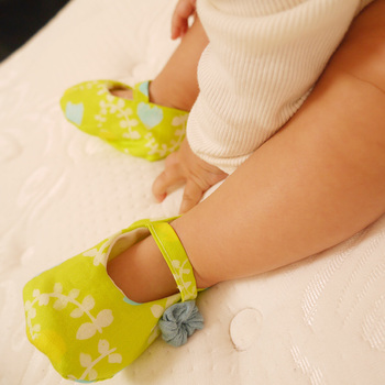 赤ちゃんの足を包み込んだベビーシューズの可愛らしさというのは、格別なものですね。お外で履く靴とは違ってやわらかいので、赤ちゃんも嫌がりません。