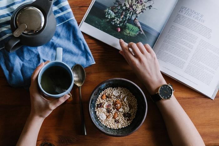 予定に追われることが多い人も、食べる時間をなるべく定めてみましょう。三食全て合わせなくても、自分の中でルールを決めて三食の内どれかの時間を決めるだけでもOKです。食のリズムがつかめれば、体内時計も整ってきます。また、時間を決めればダラダラ食べも防げますね。