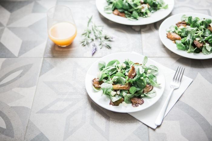 食事のはじめはサラダから。血糖値の上昇を抑えて、満腹感を与えてくれます。サラダといってもポテトサラダやコーン、かぼちゃサラダは糖質が多いので、はじめにはグリーン系のサラダが◎。