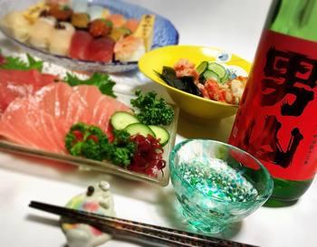 美味しい御寿司にお刺身、そして津軽びいどろで頂くお酒。 お祝い事や記念日の食卓をキラキラと彩ります。