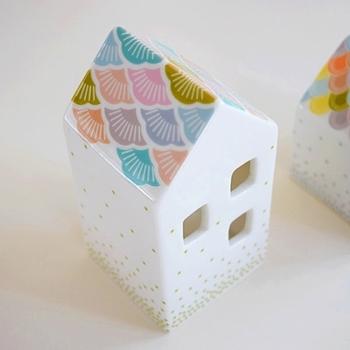 お家の形をしたキャンドルホルダー。ティーライトキャンドルやミニライトを入れれば、窓から灯りがこぼれます。そのままオブジェとして飾っても◎
