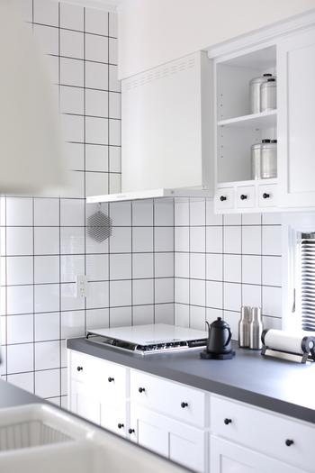 油汚れは熱に反応して柔らかくなるので、気温が上昇する夏はキッチン周りの掃除に最適です。逆に温度が低くなると油は固まるので、寒い冬は汚れを落とすのが難しくなります。ぜひ油の性質を上手に利用して、夏の間に換気扇やガス台を綺麗にしておきましょう。