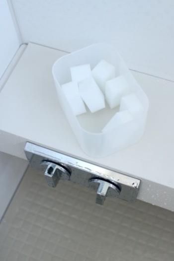水が飛び散るシャワーヘッドなどは、どうしても水垢が気になりますよね。こちらのブロガーさんのお宅ではそんな水栓金具やシャワーヘッドのお掃除に、「メラミンスポンジ」を活用しています。あらかじめ小さくカットしておくと、細かい部分もお掃除しやすくなりますね。