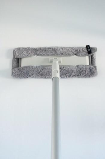 面積の広い壁や天井は、「フローリングモップ+濡らしたマイクロファイバー」がおすすめです。洗剤を使わないので2度拭きする必要がなく、とってもラクにお掃除できるそうです。お風呂場はカビが発生しやすい場所なので、大掃除の際にはぜひ壁と天井も拭き掃除しておきましょう。