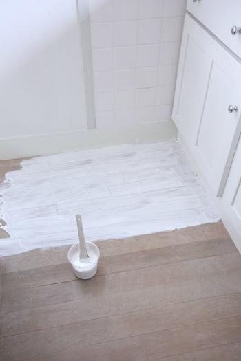 ワックスは無垢材や合板など床の素材によって、使用できるオイルの種類が異なります。あらかじめ調べてから購入してくださいね。ちなみにこちらの無垢材のフローリングには、オスモの白オイルを使用しているそう。ワックスを刷毛で塗った後に、古タオルなどで拭き取ります。オイルでしっかりメンテナンスすると、ツヤが出て綺麗になりますよ♪