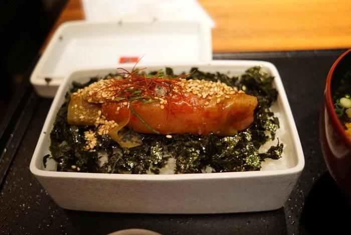 海苔を敷いたごはんに明太子が一本どーんとのった豪快な丼ぶり。昆布巻き明太子の美味しさを存分に味わえます。甘めの「特製かけだれ」をかけるとさらに美味しくなりますよ。