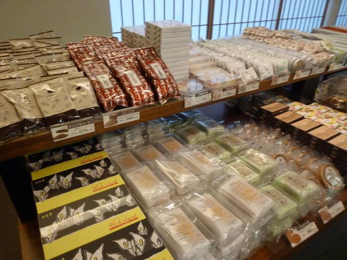 お土産物店では定番商品しか扱っていませんが、六花亭の直営店に行くとお菓子の種類の多さに驚かされます。特に和菓子は季節に合わせた限定商品も毎月発売されていますので、その月にしか買えないお菓子もあります。