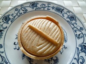 お鍋の形をした最中「ひとつ鍋」。あんことお餅が入っていて、素朴だけど上品な味わい。可愛らしい形で長年愛されている定番和菓子のひとつです。