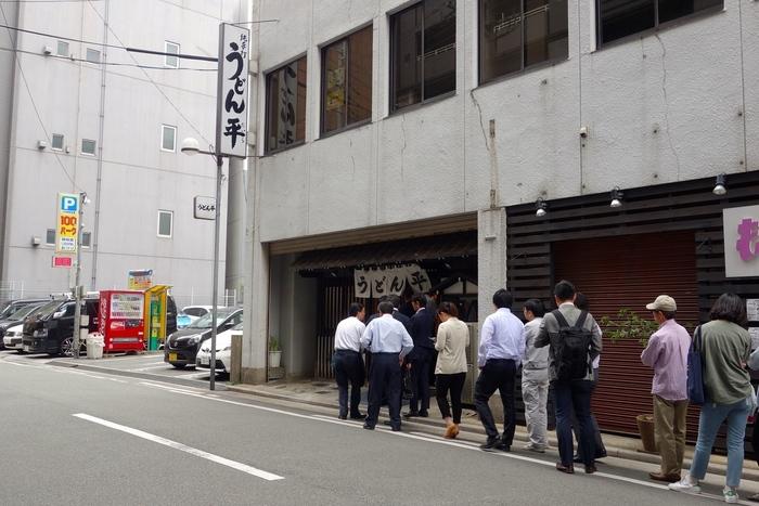 福岡というととんこつラーメンをイメージする方が多いと思いますが、実はうどんも美味しいんです。「うどん平」は、行列ができる人気店で、いつも多くの人々で賑わっています。